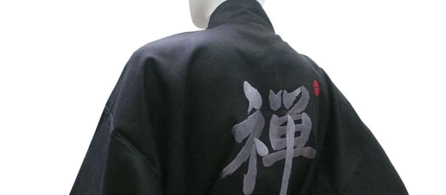 Kimono mit Schriftzeichen